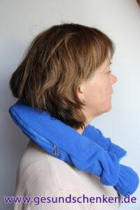 Nackenwärmflasche (blaue Ausführung) angelegt